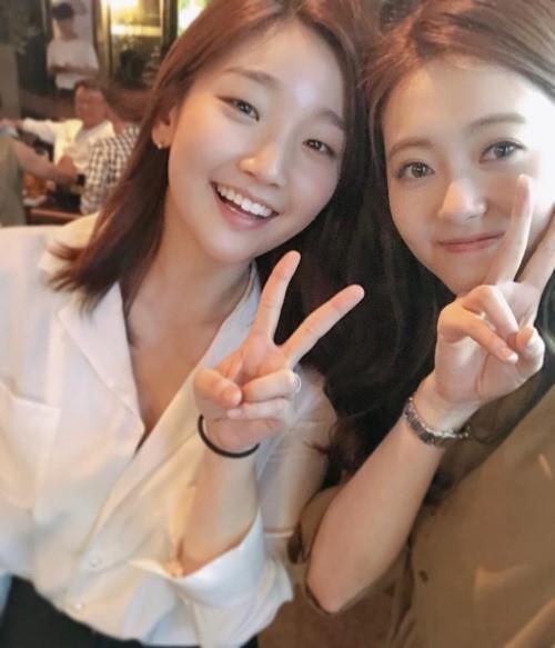 女優のパク・ソダム(左)とAra(写真=Araのインスタグラム)