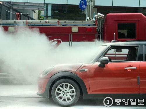 ソウル狎鴎亭洞(アプクジョンドン)島山大路で走行中に火災が発生したBMWミニ。江南(カンナム)消防署から消防車が出動した。