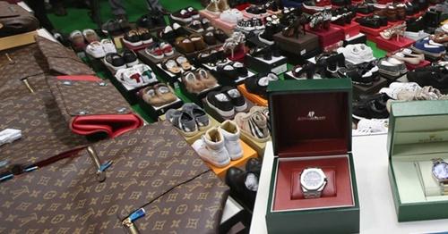 関税庁が密輸組織から押収した偽ブランド品(写真=中央フォト)