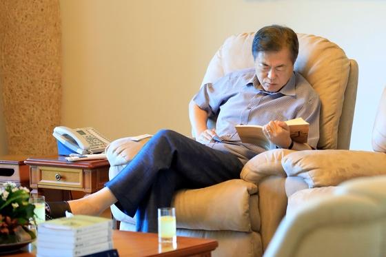 休暇中に小説に読み耽る文在寅(ムン・ジェイン)大統領(写真=青瓦台)