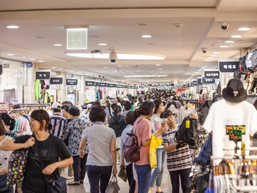 猛暑が続く真夏のソウルでオススメなのが、「高速ターミナル駅」!地下鉄3・7・9号線が乗り入れる巨大地下街ではショッピングやグルメが楽しめます。