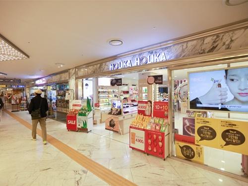 駅からつながる地下通路には、ファッションモール「ENTER-6 江南店」。ファッションブランドから、韓国コスメショップやドラッグストアまで豊富に入店しています。