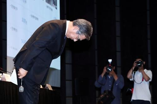 キム・ヒョジュンBMWコリア会長が6日、ソウル市内のホテルでBMW車両火災事故に関連して国民向け謝罪をしている。キム会長は「顧客の不安と不便を最小化できるように最善を尽くす」と述べた。