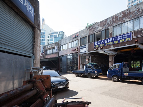昔ながらの町工場が残る「文来(ムルレ)洞」。ソウルにありながらも、どこか懐かしい空気感が漂うエリアです。