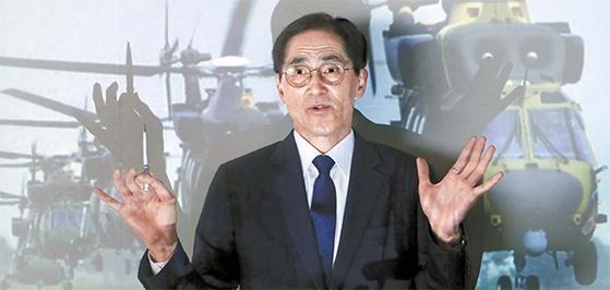 韓国型中型ヘリコプター「スリオン」を背景に立つファン・ジョンソン博士。