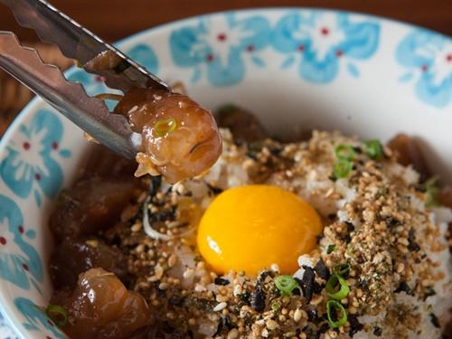 「少年食堂 弘大店」の「海老の醤油漬けご飯(10,000ウォン)」 は、海老のプリっとした食感が美味。ご飯全体に卵黄とほんのり甘い醤油の漬け汁が絡み、ゴマ油とゴマの香ばしさが食欲をかき立てます。
