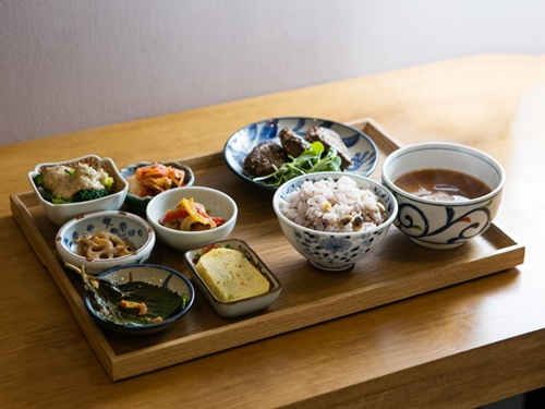種類豊富なおかずを味わえる「トシラッチッ米米」の手作り定食(9,000~11,000ウォン)はヘルシーで栄養満点だと若い女性客を中心に話題。