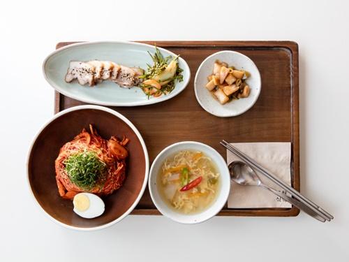 現地韓国人に人気なのが「舞月食卓」の「バーベキュービビンクッス(10,500ウォン)」。ジューシーなポッサムと辛口混ぜ麺の相性はGOOD!
