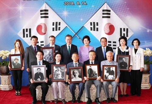 文在寅大統領が14日、青瓦台で独立有功者および子孫と記念撮影をしている。