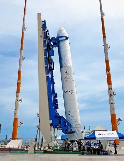 14日、全羅南道高興外羅老島の宇宙センターの発射台に設置された75トンロケットの認証モデル。