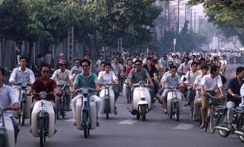 ベトナム人は熱い太陽の下でバイクを主な運送手段として活用する。このため、最近、紫外線対策服がベトナムで人気を呼んでいる。(写真=中央フォト)