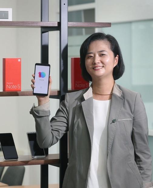 シャオミのスマートフォンを韓国で販売するジモヴィ(Gemovi)コリアのチョン・スンヒ代表が「RedMi(紅米)ノート5」を見せている。