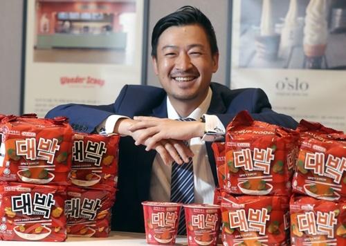 マレーシアの食品メーカー、マミー・ダブルデッカーのCSO(最高戦略担当者)兼CFO(財務担当理事)ヴィトン・パン氏が21日、ソウル聖水洞新世界フード本社で中央日報とインタビューをした。ヴィトン・パン氏は新世界フードとの合弁会社である新世界マミーのCEO(最高経営者)でもある。