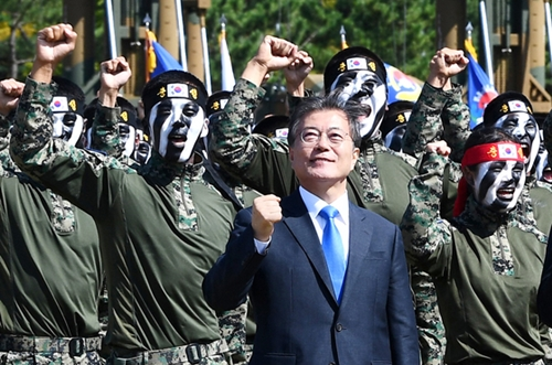 文在寅大統領が昨年の国軍の日記念式でデモンストレーションを終えた特戦司令部隊員らと「ファイティング」を叫んでいる。(写真=青瓦台写真記者団)