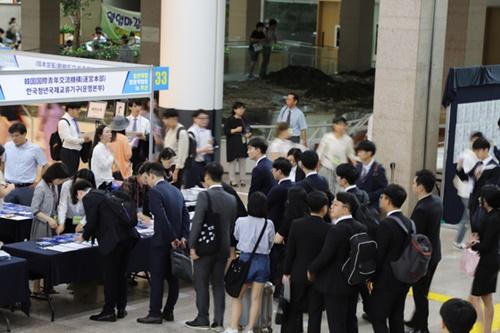 25日、釜山市庁で開かれた「日本就職合同博覧会」には800人余りの求職者が集まった。行事に参加した日本企業約50社は現場面接などを通して韓国人材の獲得に出た。(写真提供=韓国青年国際交流機構)