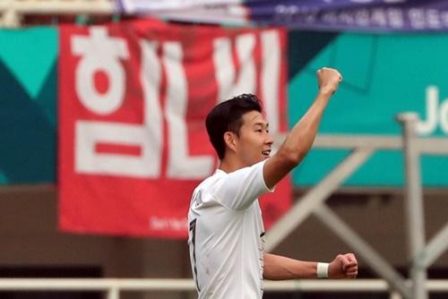 2018ジャカルタ・パレンバン・アジア競技大会サッカー準決勝で韓国の李承佑(イ・スンウ)がゴールを決め、孫興民と喜んでいる。(写真=大韓サッカー協会)