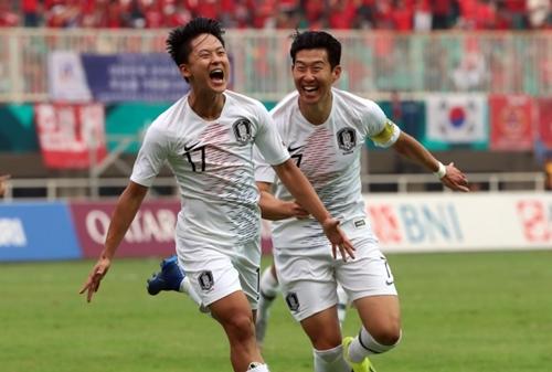 2018アジア競技大会サッカー準決勝の韓国-ベトナム戦が29日に行われた。李承佑(イ・スンウ)が先制ゴールを決めて喜んでいる。右は孫興民(ソン・フンミン)