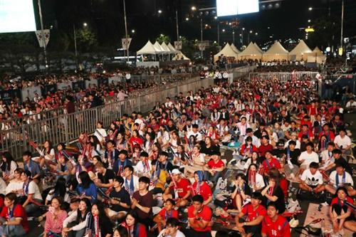 2018アジア競技大会サッカー準決勝の韓国-ベトナム戦が29日に行われた。李承佑(イ・スンウ)が先制ゴールを決めて喜んでいる。右は孫興民(ソン・フンミン)。