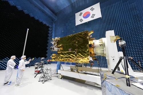 韓国航空宇宙研究院の研究員が「千里眼2A号」の電磁波試験を行っている。(写真提供=韓国航空宇宙研究院)