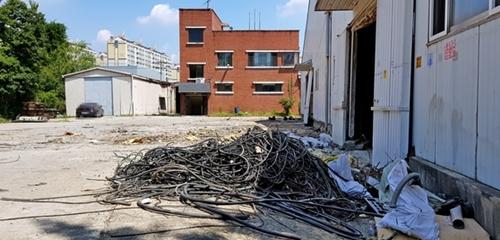 忠清南道天安の白石農工団地で、ある工場が受注量の減少と人件費の上昇で稼働を中断し、廃虚と化している。