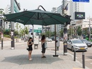 昨日観測史上最高気温39.6度を記録したソウル。区の猛暑対策として設置されている大きな緑の日よけパラソル(クヌルマッ)は大活躍しています。