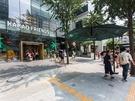 主要観光地をはじめとした、街のあちこちに設置されています(写真はKAKAOフレンズストア 弘大フラグシップストア前)。