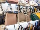日本からの観光客にも大人気のショッピングスポット「GOTO MALL」は、安カワアイテムが揃うと評判。洋服はもちろん、靴やバッグ、アクセサリーなどの小物もプチプラでゲットできます。