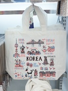 エコバッグ(2,000ウォン)は、韓国とソウルの街並みをそれぞれあしらった2種類のデザイン(写真は韓国バージョン)。とても軽いので旅行のお供に重宝しそう!