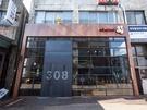 周囲の工場と溶け込んだ外観の「MOHENIC STAY 308」は、ボリュームあるホットドッグやピザが人気のお店。食事メニューに合う多様なビールも取り扱います。