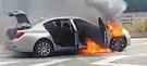 9日午前7時50分ごろ、慶尚南道泗川市の南海高速道路を走行して簡易パーキングエリアに停車していたBMW 730Ld車両から出火して全焼した。車両の前面から勢いよく炎が上がっている。(写真=慶南警察庁)