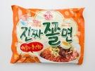 冷麺よりも太い麵に甘辛ソースを絡めて食べる「チョルミョン」もインスタントで頂けます(オットゥギ、チンチャチョルミョン、1,600ウォン)。
