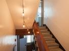 こちらは別の雑居ビル。案内はありませんが、電球づたいに階段を上がった先にはカフェが。