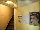 こちらのカフェも入口がわかりづらいのですが、見落としてしまいそうな看板を頼りに中に入ると、かわいい黄色い壁に、階段が出現。