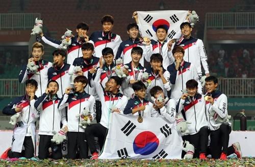 2018ジャカルタ・パレンバン・アジア競技大会で金メダルを首にかけて勝利を味わう韓国サッカー代表選手。