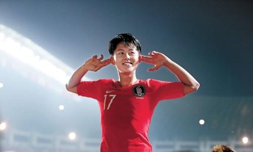 日本との決勝戦で先制ゴールを決めた後、観客を盛り上げる李承佑(イ・スンウ)。