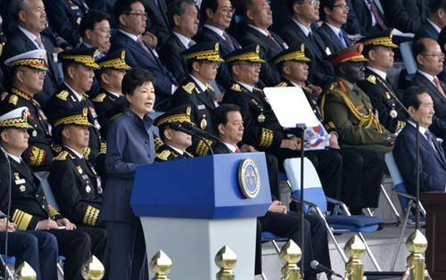 朴槿恵大統領は2016年10月1日の第68周年「国軍の日」記念式典で、北朝鮮住民に脱北を勧めながら「北朝鮮が核を放棄しないなら、体制亀裂と内部動揺がさらに拡大する」と述べた。