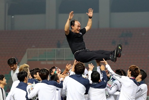 2018ジャカルタ・パレンバン・アジア競技大会サッカーの韓国対日本の決勝戦が1日、インドネシア・ボゴール県チビノン郡のパカンサリスタジアムで開かれた。授賞式を終えた後、選手がキム・ハクボム監督を胴上げをしている。