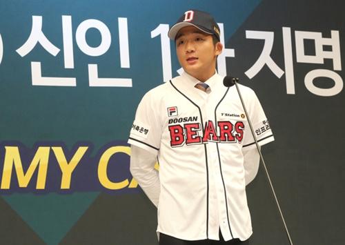 韓国プロ野球球団の斗山ベアーズから指名を受けた徽文高の投手兼外野手キム・デハン。