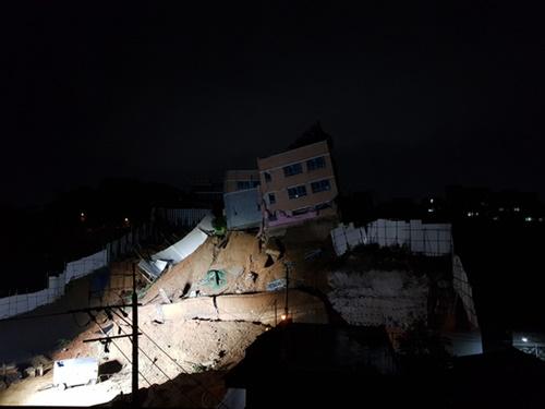 6日午後、地盤沈下で傾いたソウル市内の幼稚園建物の様子。