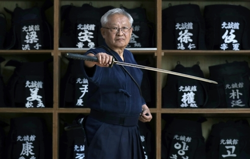 イ・ジョンニム大韓剣道会長は「世界選手権を歴代最高の大会として開催する準備ができた」と語った。ソウル九老区のウォンソン剣道館で真剣を握ってポーズを取るイ会長。
