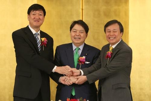 (左から)中国の高志丹・国家体育総局副局長、日本の林芳正・文部科学相、韓国の都鍾煥・文化体育観光部長官が13日、都内のホテルニューオータニ東京で開かれた第2回韓日中スポーツ行政担当相会合で東京行動計画に署名した後、手を握っている。(写真提供=文化体育観光部)