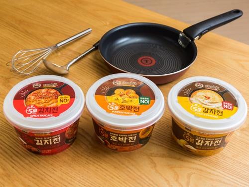 簡単に手作り料理ができる「白雪(ペクソル)クックキット」シリーズから、日本でもポピュラーな韓国料理チヂミを作ることができるキットが登場しました。(写真左から)キムチ、カボチャ、ジャガイモの3種類。