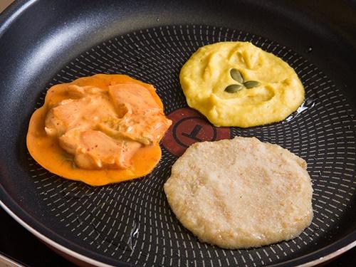熱したフライパンに油をひき、先の工程で作ったタネを広げ、こんがりキツネ色になるまで焼けば完成。