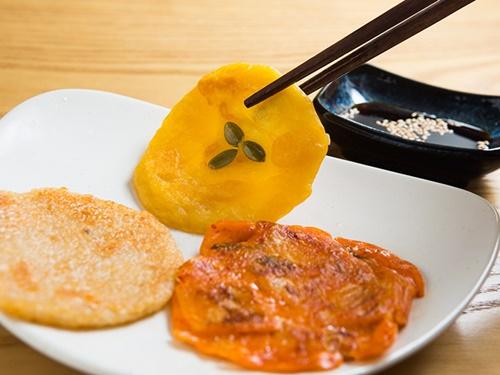 インスタントとは思えないほど本格的なお味です。大型マート等で入手でき、大きめのカップラーメンほどのサイズなので持ち帰りも楽チン。韓国旅行のお土産として注目です。