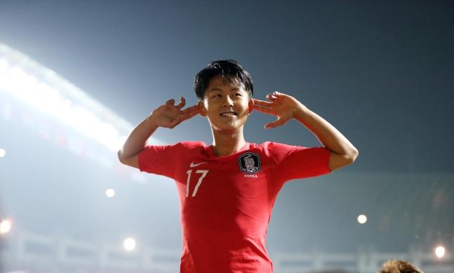 アジア競技大会の決勝が行われた1日、李承佑(イ・スンウ)が日本を相手に先制ゴールを決めた後、看板の上に立ってパフォーマンスをしている。