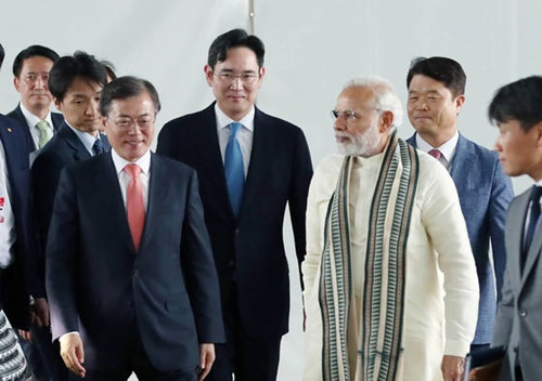 文在寅大統領の18日平壌訪問にサムスン電子の李在鎔副会長、SKグループの崔泰源会長、LGグループの具光謨会長、現代自動車の金容煥副会長が特別随行員資格として同行する。写真は7月、文大統領のインド国賓訪問当時、李在鎔副会長が同行した姿。右側はインドのナレンドラ・モディ首相。(写真=青瓦台写真記者団)