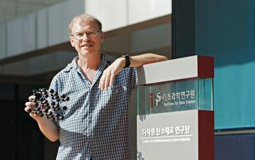 UNISTのロドニー・ルオフ特訓教授がUNISTキャンパスに位置したIBS多次元炭素材料研究団で炭素物質の原子模型を見せている。ルオフ教授は20年以上炭素素材を研究してきた世界的大学者で、2011年トムソン社が選定した世界100大材料科学者16位に選ばれた。(写真=UNIST)
