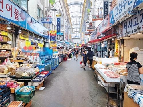 18日、慶南昌原市城山区の盤松市場。秋夕シーズンを控えても平日のように往来する人がおらず閑散としている。