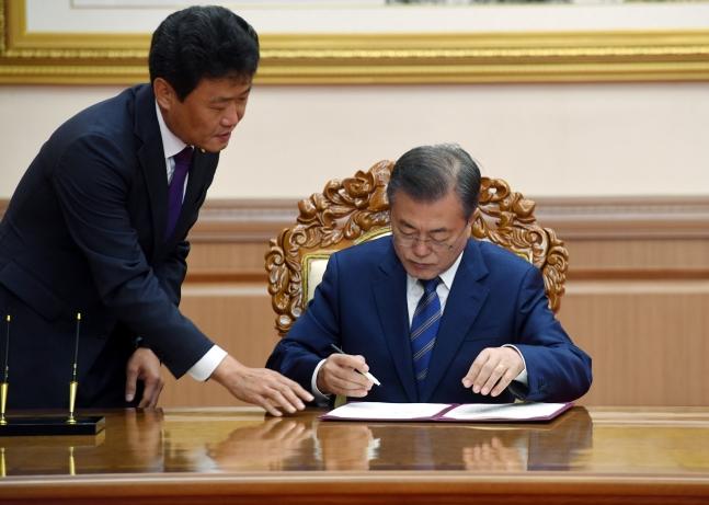 文在寅大統領が19日午前に平壌の百花園迎賓館で開かれた平壌共同宣言合意文に署名している。(写真=平壌写真共同取材団)