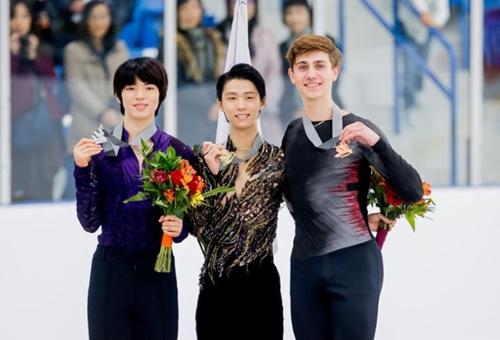 2018-2019シーズン初の国際大会であるオータムクラシックインターナショナルで銀メダルを獲得した韓国の車俊煥(左)。(写真提供=カナダスケート連盟SNS)